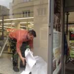Fotoreport - instalování naučné cedulky u obchodního domu Bachner, 19.12.2014